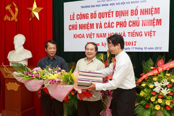 Thành Long/USSH PGS.TS Nguyễn Thiện Nam (phải) tặng hoa và quà bày tỏ sự cảm ơn các thành viên của Ban chủ nhiệm Khoa nhiệm kì trước. (Ảnh: Thành Long/USSH)