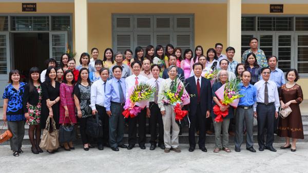 Các đại biểu chụp ảnh lưu niệm sau buổi lễ. (Ảnh: Thành Long/USSH)