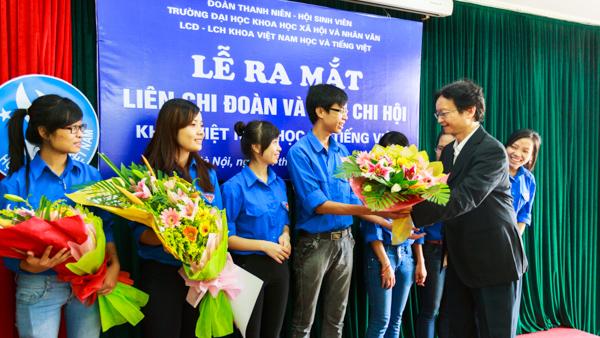 PGS.TS Nguyễn Thiện Nam tặng hoa chúc mừng ban chấp hành Liên chi Đoàn, Liên chi Hội mới. (Ảnh: Thành Long/USSH)