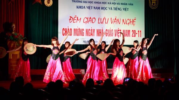 Tiết mục múa của sinh viên Khoa Việt Nam học và Tiếng Việt trong phần đầu của chương trình. (Ảnh: Thành Long/USSH)