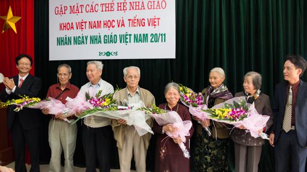 Ban chủ nhiệm chúc mừng 6 vị cựu giáo chức thượng thọ tuổi 80 và 1 vị cựu giáo chức vừa bước sang tuổi 70. (Ảnh: Trung Hiếu/USSH)