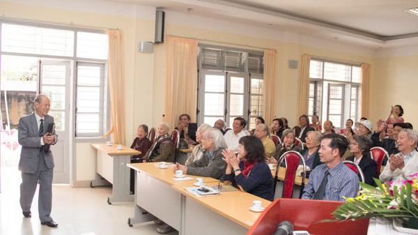 Người thủ trưởng cũ, chú Phan Hoàng Mạnh, nguyên trưởng đoàn chuyên gia Đại học Việt Nam tại Căm pu chia bất ngờ xuất hiện. (Ảnh: Trung Hiếu/USSH)