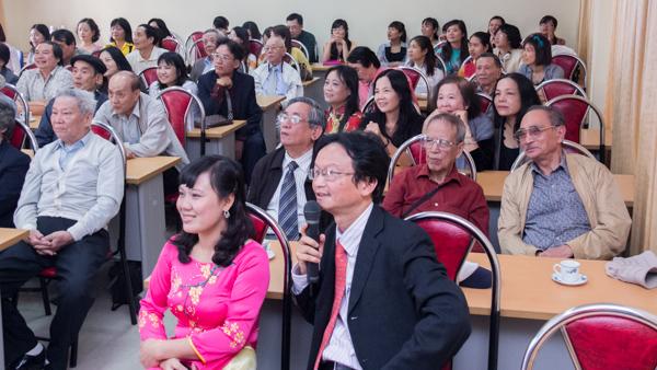 PGS.TS Nguyễn Thiện Nam giới thiệu các hình ảnh tư liệu về Khoa. (Ảnh: Trung Hiếu/USSH)