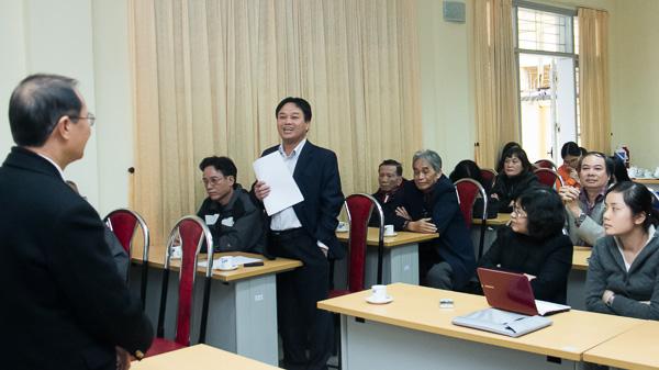 Sau phần thuyết trình, GS Quyên Di đã trả lời các câu hỏi của cử toạ. Trong ảnh: PGS.TS Nguyễn Văn Phúc (Phó Chủ nhiệm Khoa) trao đổi ý kiến với GS Quyên Di. (Ảnh: Trung Hiếu/VSL)