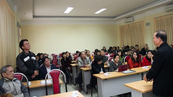 ThS Đào Văn Hùng (Phó Chủ nhiệm Khoa) trao đổi ý kiến với GS Quyên Di. (Ảnh: Trung Hiếu/VSL)