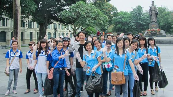 PGS.TS Nguyễn Thiện Nam (Chủ nhiệm Khoa) và các bạn sinh viên. (Ảnh: Thu Hà gửi VSL)