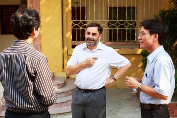 Ông Andrew Holt (giữa) nói chuyện với PGS.TS Nguyễn Thiện Nam (trái, Chủ nhiệm Khoa) và ThS Đào Văn Hùng (phải, Phó Chủ nhiệm Khoa) tại Khoa Tiếng Việt. (Ảnh: Thành Long/documentary.vn)