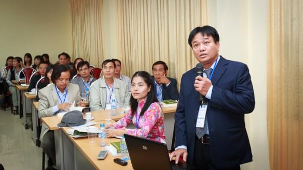 PGS.TS Nguyễn Văn Phúc trình bày báo cáo đầu tiên của Hội thảo tại phiên toàn thể. (Ảnh: Thành Long)