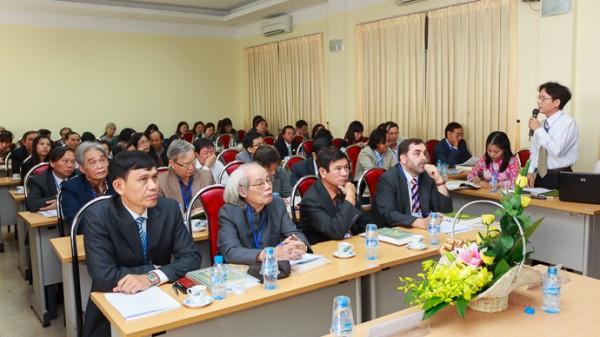 Các đại biểu theo dõi báo cáo của ThS Đào Văn Hùng. (Ảnh: Thành Long)
