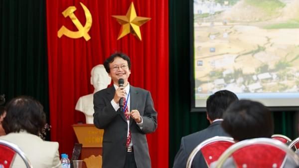 PGS.TS Nguyễn Thiện Nam trả lời câu hỏi của cử toạ tại phiên toàn thể. (Ảnh: Thành Long)