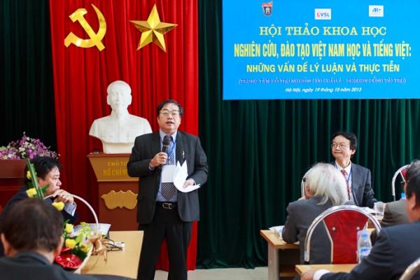 PGS.TS Nguyễn Văn Chính tổng kết tiểu ban 3: Văn hoá - lịch sử - xã hội Việt Nam. (Ảnh: Thành Long)