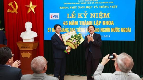 GS.TS Nguyễn Văn Khánh (Hiệu trưởng) trao bằng khen của Giám đốc ĐHQGHN và tặng hoa chúc mừng Khoa Việt Nam học và Tiếng Việt.