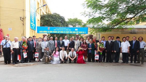 Các đại biểu chụp ảnh lưu niệm sau Lễ kỉ niệm.