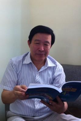 Ông Cung Diệu Kim xúc động khi thấy hình ảnh của cố nhà giáo Nguyễn Văn Tuyên, thầy giáo cũ yêu quý của ông.