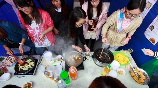 Sinh viên Trung Quốc đang chế biến bánh trôi Trung Quốc và bánh Pí.