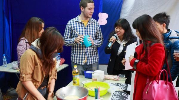 Ban giám khảo tìm hiểu về món bánh mì của sinh viên Đức.