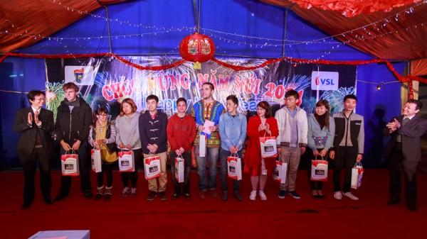 GS.TS Vũ Đức Nghiệu (Phó Hiệu trưởng, phải) và PGS.TS Nguyễn Thiện Nam (Chủ nhiệm Khoa, trái) trao phần thưởng cho đại diện các gian hàng.