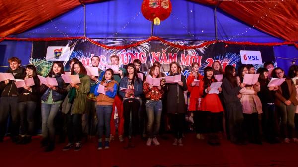 """Tiết mục đồng ca mở đầu chương trình với hai ca khúc """"Việt Nam quê hương tôi"""" và """"Nhạc rừng"""" do sinh viên Khoa VNH biểu diễn."""