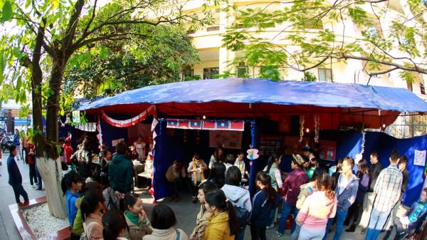 Ngay từ chiều đã có hàng trăm lượt khách tham quan tới thưởng thức các sản phẩm ẩm thực được chế biến và bày bán tại sân nhà B7bis.