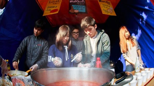 Các sinh viên Hàn Quốc đang chế biến món Tokbokki.