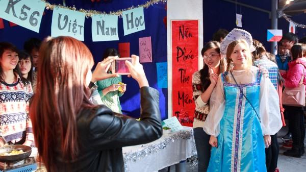 Sinh viên Nga và Việt Nam chụp ảnh lưu niệm trước gian hàng của K56 Việt Nam học.