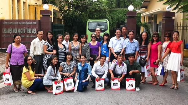 Các đại biểu chụp ảnh lưu niệm tại Khoa Việt Nam học và Tiếng Việt.