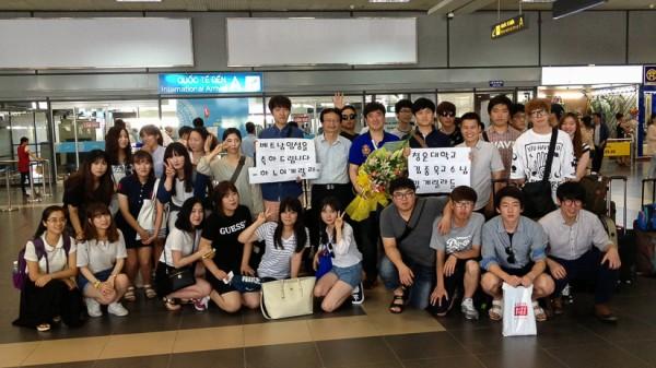 Đoàn SV Đại học CHUNGWON đến sân bay Nội Bài. (Ảnh: VSL)