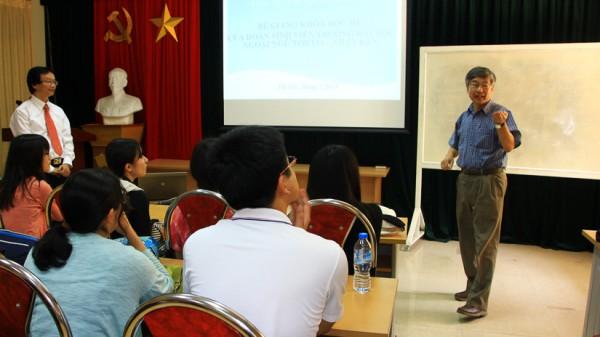GS. Imai Akio, Chủ nhiệm Khoa Việt Nam học, Đại học Ngoại ngữ Tokyo phát biểu tại lễ bế giảng khóa học. (Ảnh: VSL)
