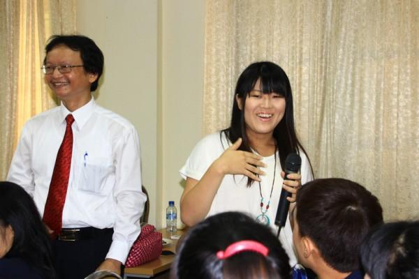 Bạn Yukari, người Nhật Bản,1 trong 9 tân sinh viên Quốc tế  K59 VNH tự giới thiệu, làm quen với thầy cô và các bạn. (Ảnh: Fugo Kunio)
