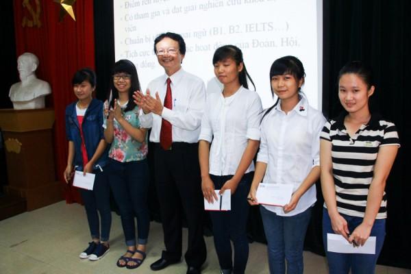 PGS.TS Nguyễn Thiện Nam trao quà cho 5 sinh viên là thủ khoa, á khoa của Khoa VNH&TV trong kì thi tuyển sinh ĐH 2014. (Ảnh: Fugo Kunio)