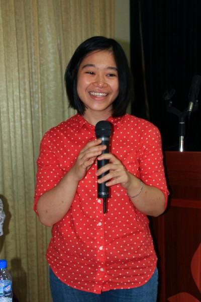 Lê Ngọc Mai, sinh viên K55 Việt Nam học nhận học bổng du học 1 năm tại Đại học Ngoại ngữ Tokyo Nhật Bản trao đổi kinh nghiệm. (Ảnh: Fugo Kunio)