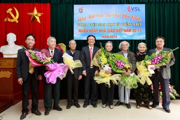 Ban Chủ nhiệm Khoa tặng hoa và quà chúc mừng các nhà giáo trên 80 tuổi. (Ảnh: Thành Long)