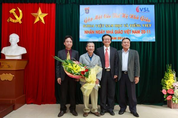 Ban Chủ nhiệm Khoa tặng hoa và quà chúc mừng nhà giáo Phan Hải thượng thọ 80 tuổi. (Ảnh: Thành Long)