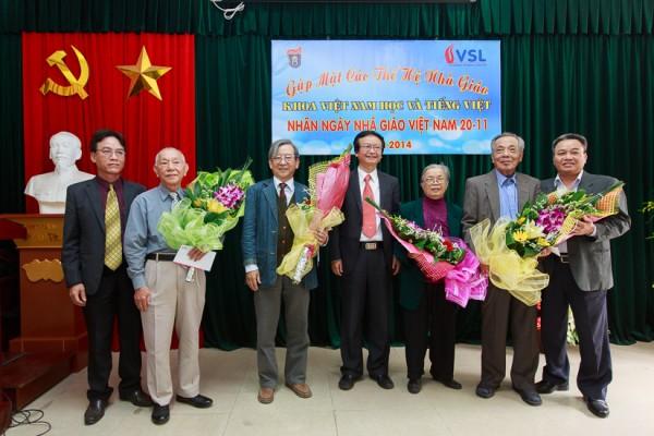 Ban Chủ nhiệm Khoa tặng hoa và quà chúc mừng các nhà giáo tuổi 75. (Ảnh: Thành Long)