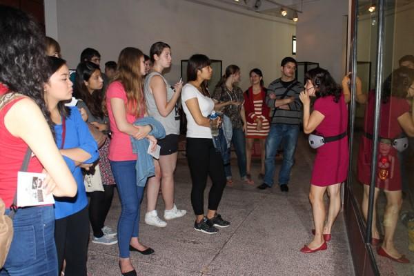 Các bạn sinh viên nghe thuyết minh của Bảo tàng. (Ảnh: Nguyễn Thị Nguyệt)