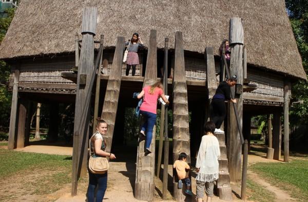 Các bạn sinh viên trèo lên nhà rông. (Ảnh: Nguyễn Thị Nguyệt)