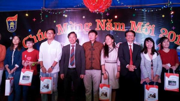 PGS.TS Phạm Quang Minh trao tặng quà của nhà trường tới thầy trò Khoa Việt Nam học và Tiếng Việt.