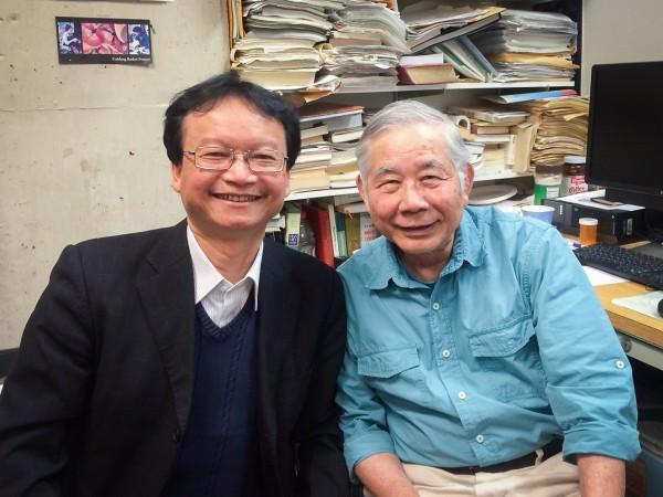 PGS.TS Nguyễn Thiện Nam (trái) và dịch giả Nguyễn Bá Chung (phải).