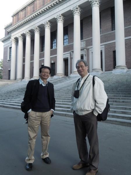 PGS Nguyễn Thiện Nam (trái) và GS Ngô Như Bình trước thư viện Đại học Harvard.