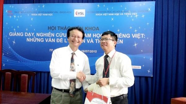 Hai Chủ nhiệm Khoa trao quà kỷ niệm tại Hội thảo.