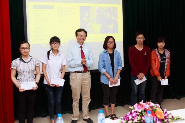 PGS.TS. Nguyễn Thiện Nam trao phần thưởng cho các sinh viên có điểm đầu vào cao nhất khóa.