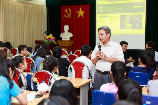 PGS. TS. Nguyễn Văn Phúc giới thiệu với tân sinh viên về những điểm mới trong chương trình đào tạo cử nhân.